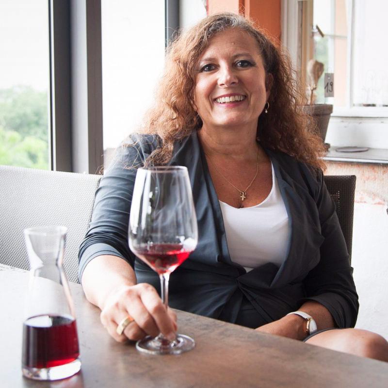 Sonja- Mannhardt-mit-Glas-Wein